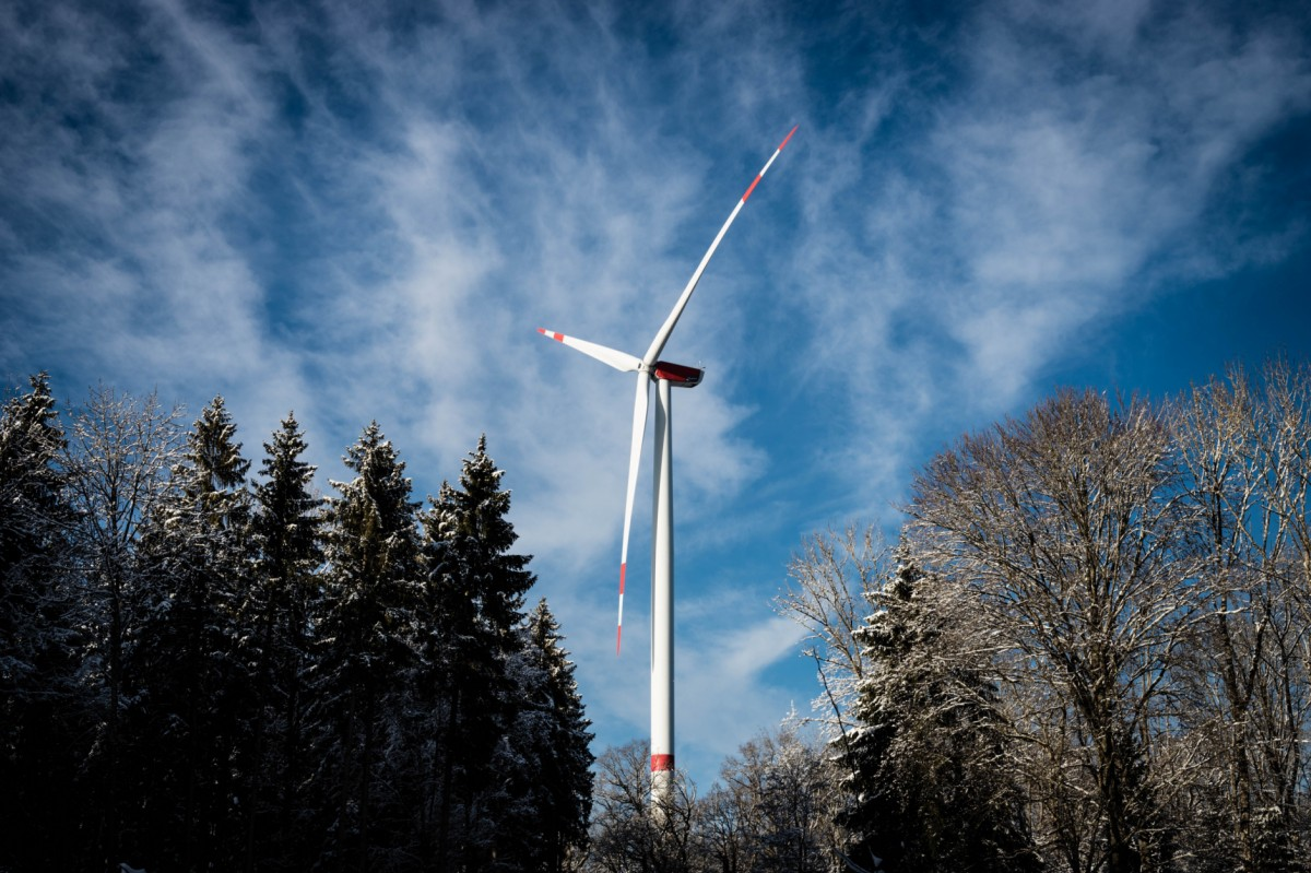 Large wind turbines full of small sensors